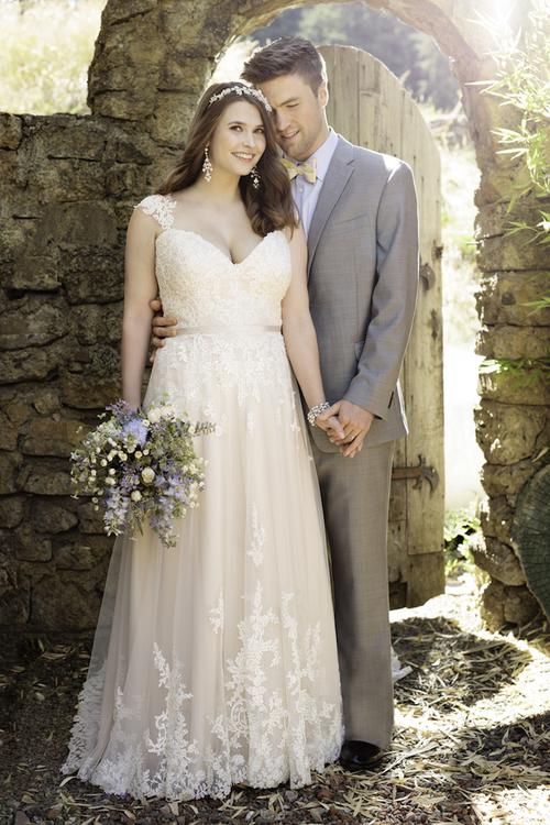 robe de mariée grande taille ligne A col en V appliqué de dentelle