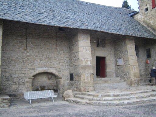 Fontaine et entrée latérale de la Chapelle de l'Ermitage de Font-Romeu