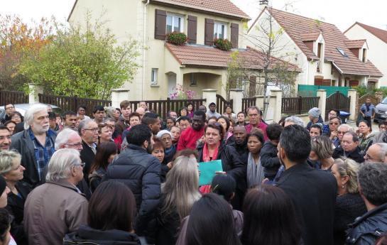Villeneuve-Saint-Georges, samedi matin. Au milieu de 200 habitants du secteur Jean-Monnet/Saussaie-Pidoux excédés par la délinquance, l'adjointe au maire Nathalie Dinner (avec le dossier bleu) a a tenté d'apaiser les esprits.