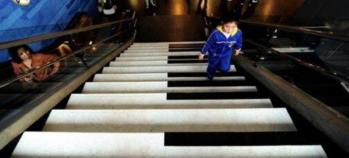 Photo: AFP Les marches d'un escalier du métro de Santiago au Chili ...