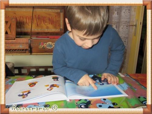 Baptiste choisit son livre de lecture