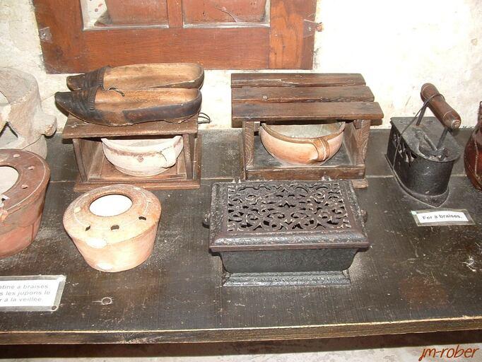 le village troglodyte de Rochemenier , un monde souterrain de la période XIIIe et XIXe siècle ( les métiers d'autrefois et ses outils)