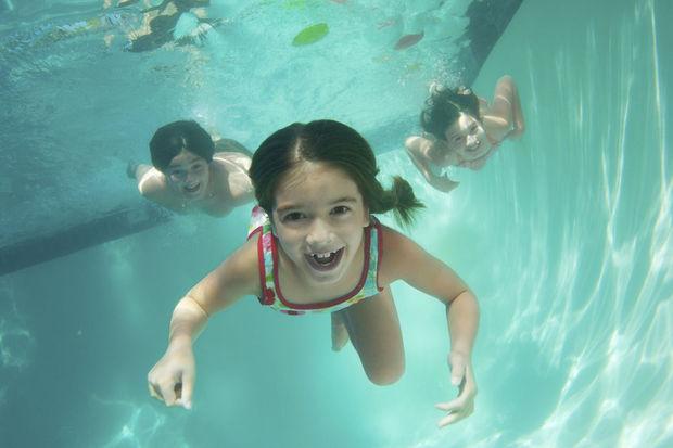 Si vous avez les yeux rouges à la piscine, ce n'est pas à cause du chlore