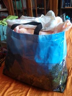 geste solidaire : des vêtements pour bébés et des manuels scolaires