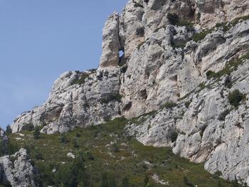 A droite, zoom sur une fenêtre dans la falaise de la Galère