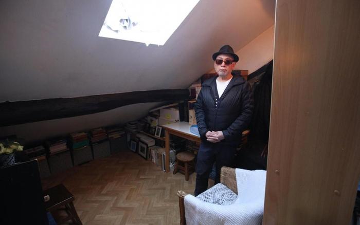 À 71 ans, José vit dans moins d'un mètre carré loi Carrez à Paris