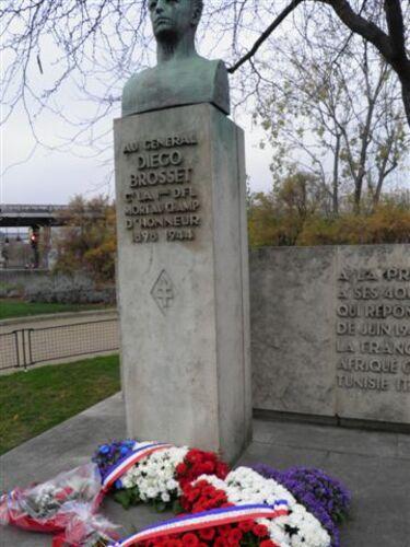 * cérémonies du souvenir au pont Bir Hackeim et la statut du Général au bas des Champs Elysées.