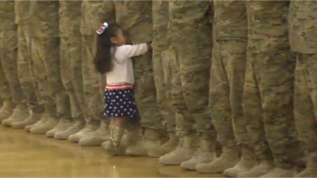 Une cérémonie militaire interrompue par une petite fille - vidéo insolite