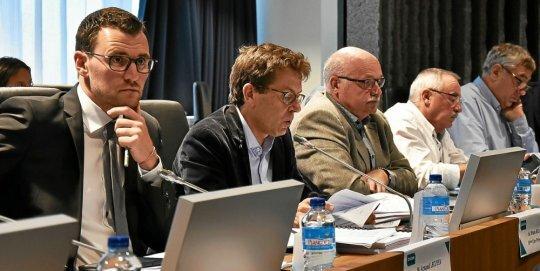Bruno Ricard (au centre), vice-président de Dinan Agglomération chargé du dossier eau et assainissement, a fait voter la création de deux Semop «Eaux de Dinan», lundi soir, lors du conseil communautaire.