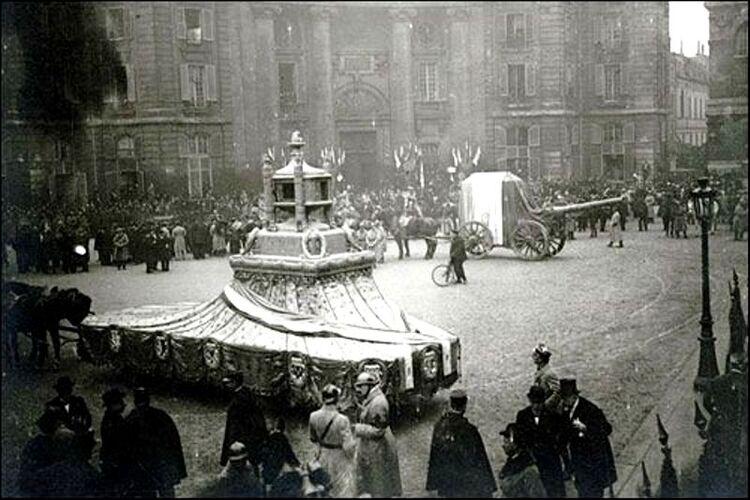 L'Arrivée au Panthéon, devant la Faculté de Droit, le 11 novembre 1911, du corps du Poilu Inconnu et du char portant le cœur de Gambetta