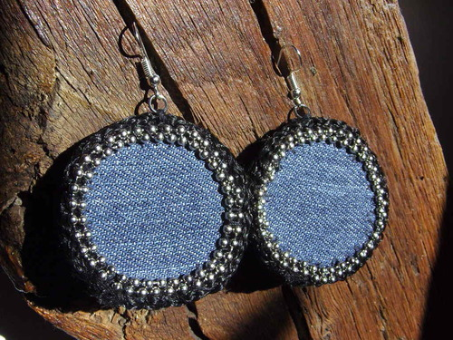 Boucles d'oreilles réalisées en jean avec différents matériaux