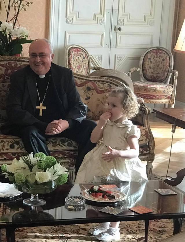 Un thé avec Monseigneur Barsi.