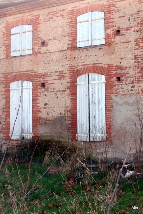 Un ancien bâtiment en brique ...