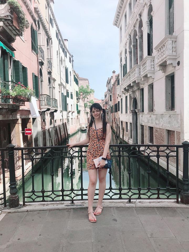 L'image contient peut-être: Sarah Ben Dhia, sourit, debout, plein air et gros plan