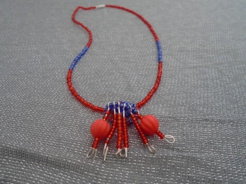 Collier en perles rouge et bleu