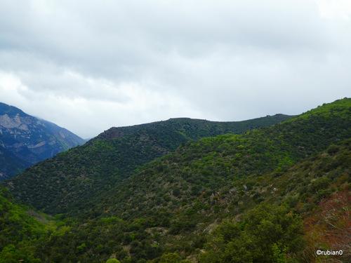 Le sentier parcours le flanc de ces montagnes.