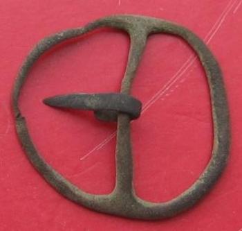 Petite boucle en cuivre du  14ème siècle ardillon glaive