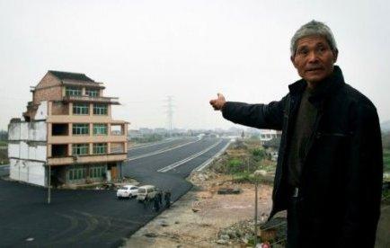 Un couple chinoi au beau milieu de l'autoroute