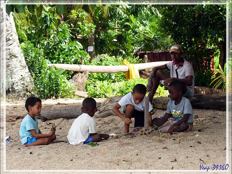 Jeu local à Antanambe - Nosy Sakatia - Madagascar