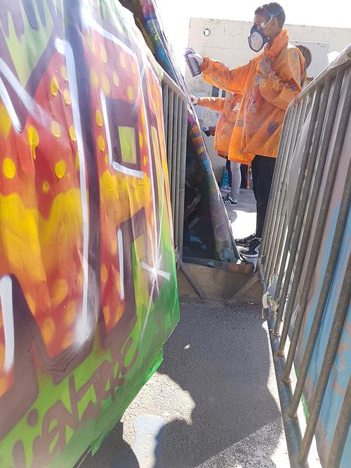 """atelier graff ouvert a tous lors du festival """"paradis des pitchous"""" Valras Avril 2017 atelier par petits groupe de 4 jeunes chaque heure."""