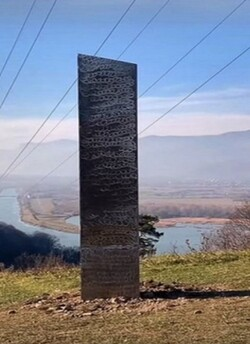 Le monolithe roumain qui vient de faire son apparition.