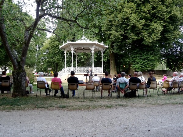 Tony D Folk singer en concert au jardin de la Mairie de Châtillon sur Seine