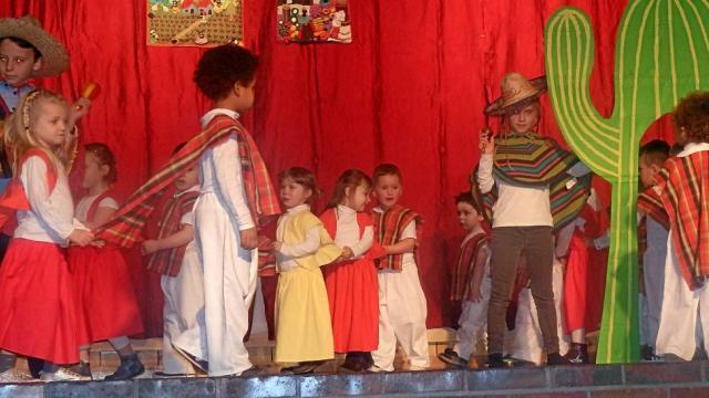 Les enfants ont transporté les spectateurs à travers le folklore de chaque continent.