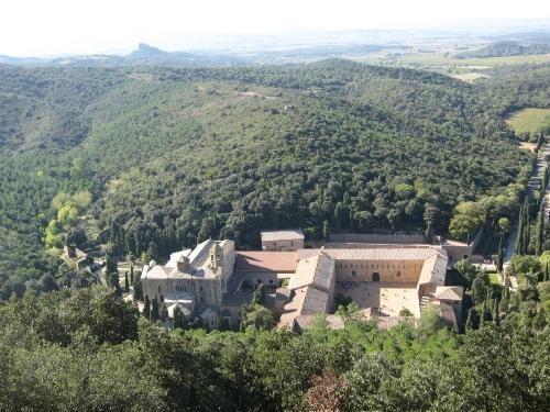Abbaye-de-Fontfroide-en-pays-Cathare.jpg