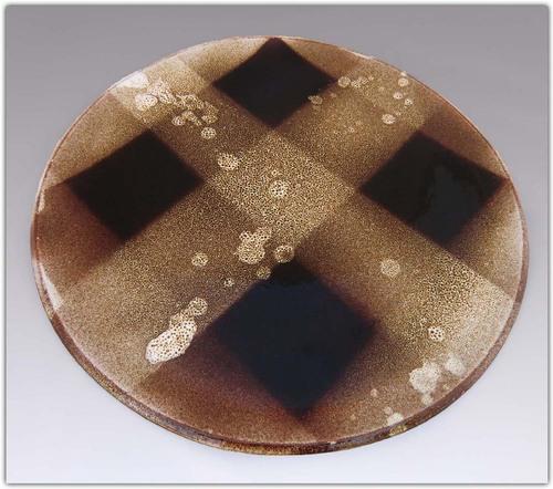 Grand plat en grès brun moucheté
