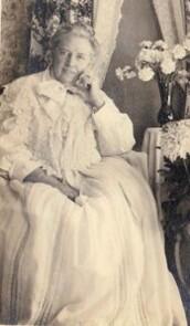 Ancienne photo Femme en chemise de nuit 1921