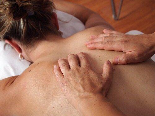 Massage dans un institut de spa et bien-être.