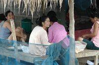 Discussions entre femmes sous une terrasse