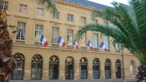 Hôtel de ville pavoisé