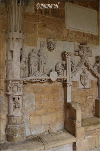 Abbaye de Cadouin Dordogne le cloître galerie Nord bas-relief siège abbatial