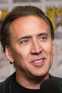 Nicolas Cage (de son vrai nom Nicholas Kim Coppola) est un acteur, réalisateur et producteur de cinéma américain né le 7 janvier 1964 à Long Beach, en Californie (États-Unis). Il est autant connu pour avoir joué dans des films d'auteur comme Sailor et Lula et Leaving Las Vegas (qui lui a valu l'Oscar du meilleur acteur), que dans des films d'action comme Rock et Volte-face.  Nicolas Cage est issu d'une famille d'artistes d'origines italienne et allemande. Il est l'arrière petit-fils de migrants italiens venus de la province de Matera (Basilicate). Son père, Auguste Coppola est professeur de littérature et sa mère, Joy Vogelsang, est danseuse et chorégraphe, son frère Christopher est réalisateur et producteur de films indépendants. Il est aussi le petit-fils du compositeur Carmine Coppola, le neveu du réalisateur Francis Ford Coppola et de l'actrice Talia Shire, ainsi que le cousin germain des réalisateurs Sofia Coppola et Roman Coppola et de l'acteur Jason Schwartzman.  Le jeune Nicolas et ses frères sont pris en charge par leur père qui les initie à la littérature, au cinéma et à l'art. Pendant les vacances d'été, le père emmène ses fils pour de longues périodes à San Francisco pour des visites chez son frère, le réalisateur Francis Ford Coppola. À l'âge de 15 ans, Nicolas se présente à un atelier estival d'art dramatique au Conservatoire américain de théâtre de San Francisco où il effectue ses premiers pas sur scène.  À cette époque, Nicolas Cage a comme camarade de classe Johnny Depp, qui l'aide à trouver un agent. Il découvre le monde du cinéma en Oklahoma, sur le plateau de tournage du film The Outsiders, réalisé par son oncle, qui lui offre une très courte apparition.