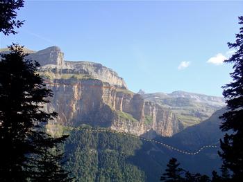 En haut du sentier des chasseurs : en face, les tracés approximatifs de la faja Racon (en jaune) et de la faja de las flores (en rouge)