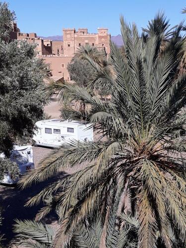 Le camping et en arrière plan la kasbah