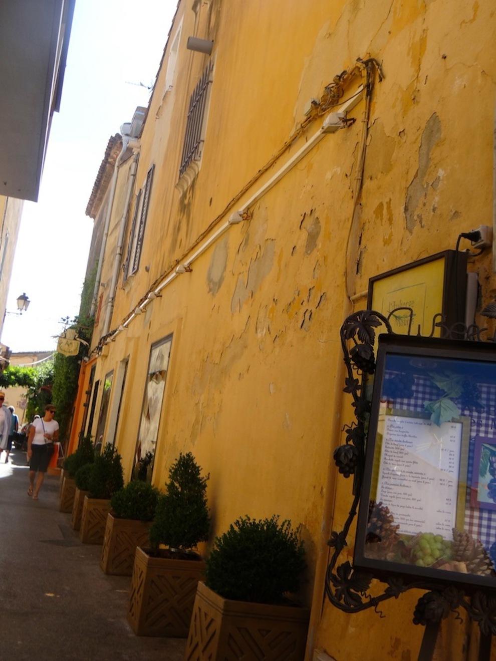 Les petites ruelles de St.Tropez  aux couleurs du sud....pleines de charme