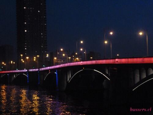 un pont de liège en soirée