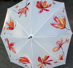2 artistes de traitdartiste au dévoilement des parapluie pour le musée
