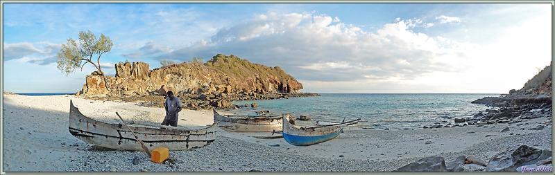 La marée monte, la nuit va tomber rapidement, il faut rentrer en traversant les rochers, sur la plage, un pêcheur se prépare pour aller poser ses filets - Tsarabanjina - Mitsio - Madagascar