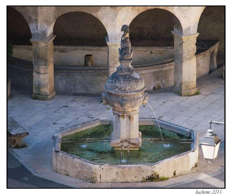 Fontaine au dauphin et lavoir