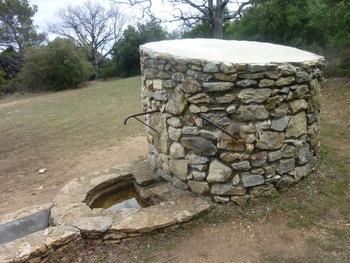 Le puits de l'Aroumi (en face, le levier de la pompe)