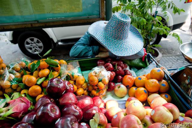 10 bonnes raisons de voyager - Bangkok la marchande de fruit assoupie