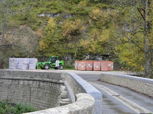 Briques et tuiles déposées sur le parking au bout du pont !