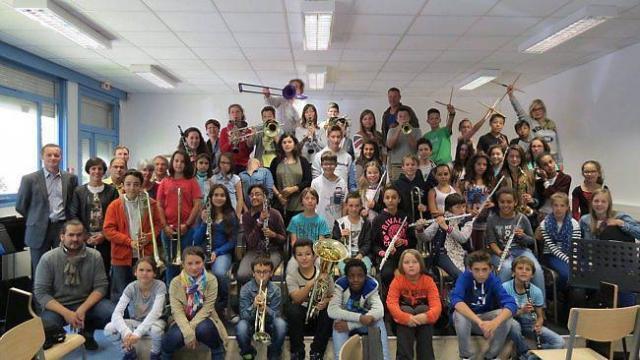 Les professeurs et la directrice du conservatoire ont assisté à la remise des instruments aux élèves de sixième par Xavier Le Courtois, leur professeur du collège, en présence de Laurent Veron, le principal.