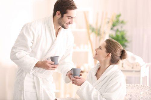 couple en peignoir buvant un café