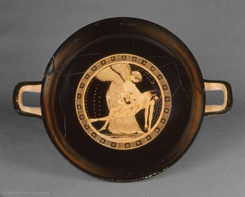 Cette coupe en terre cuite datée de 490 av. J.-C. montre Eos, déesse ailée de l'Aurore, avec le corps de son fils Memnon, tué par Achille à la guerre de Troie.