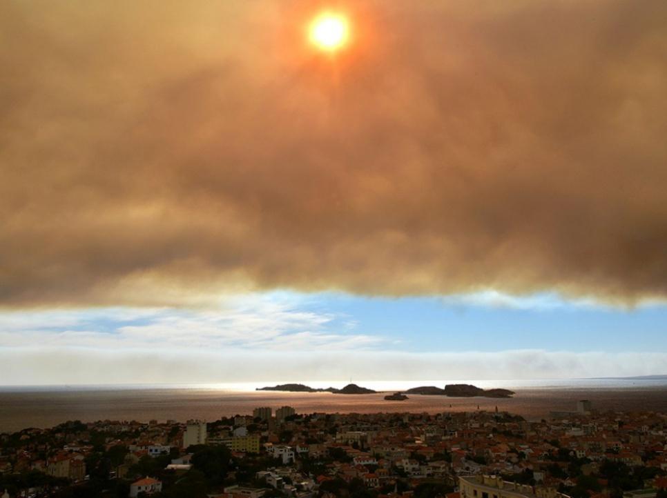 Mercredi 10 août, en fin d'après-midi, les internautes ont été interpellés par l'image surréaliste de Marseille sous un gigantesque nuage de fumée, conséquence de l'incendie qui a démarré dans la journée à Rognac avant de se propager dans les alentours.