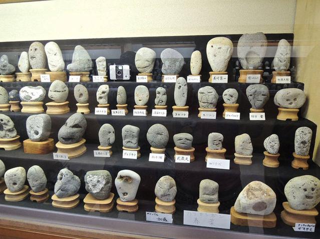 Musée japonais de pierres qui ressemblent à des visages